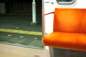 電車の端の席